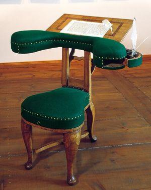 Der Schreibsessel Johann Wilhelm Ludwig Gleims, vorwärts und rittlings zu 'besetzen' - ein Schreibmöbel, das die Geselligkeits- und Schreibkultur der 2. Hälfte des 18. Jahrhunderts sinnfällig macht. Vereinzelte ähnliche Sessel exisitieren in England und Frankreich.