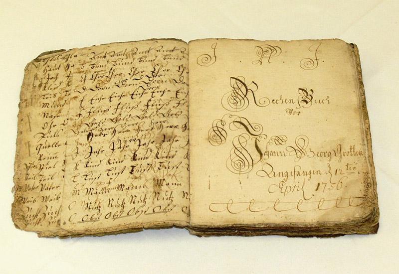 Dieses Rechenbuch des Johann Georg Grothe aus Neukirchen enthält auf 232 Seiten Eintragungen aus den Jahren 1756 und 1757 und wurde offenbar im kaufmännischen Unterricht während einer Lehrausbildung verwendet.