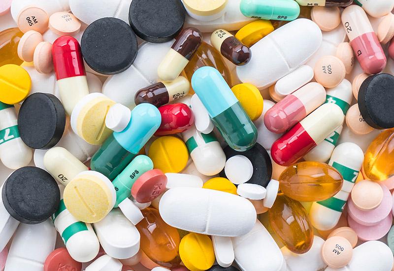 Tabletten, Kapseln, Pillen, kleine und große, bunt und weiß. Medikamente, die manchen Heilung oder Linderung bringen. Bei manchen hängt die Frage, ob es sich um eine Droge handelt, nur von dr Dosierung ab.