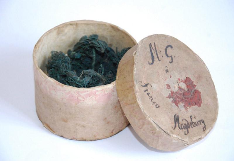 Das filigrane Krönchen wurde im Jahr 1797 von einer Braut aus der Magdeburger Gegend getragen. Der Zeitzer Geschichts- und Altertumsverein für Zeitz und Umgegend konnte es als Geschenk in Originalverpackung entgegen nehmen.