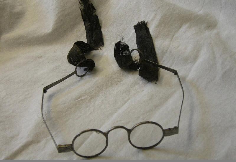 Die Brille des Dichters und Begründers der klassischen deutschen Literatur Friedrich Gottlieb Klopstock (1724-1803) wurde dem Museum um 1900 von den Nachkommen Klopstocks zweiter Frau geschenkt. Die geschliffenen runden Gläser sind in einem Metallrahmen befestigt, an dem sich bewegliche, gebogene Bügel befinden, die in einem Ring enden und die mit Seidenbändern zusammenzubinden sind.