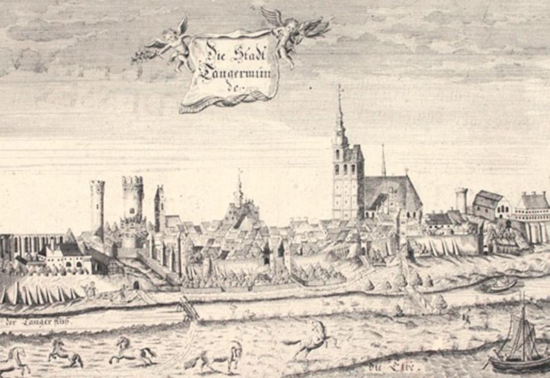 Den Stich erstellt Georg Paul Busch im 18. Jh. Tangermünde ist mit dem Tanger und der Elbe von Osten her gesehen.  Bezeichnet: Die Stadt Tangermünde. u.l.: u.m.: u.r.: G. P. Busch. sculp.